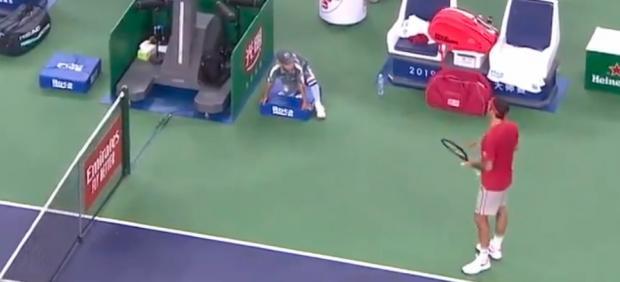 Roger Federer discute con el juez de silla