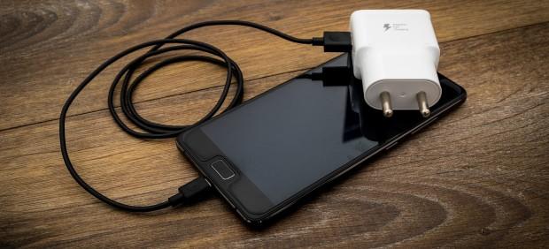 Un móvil conectado a un cargador no original