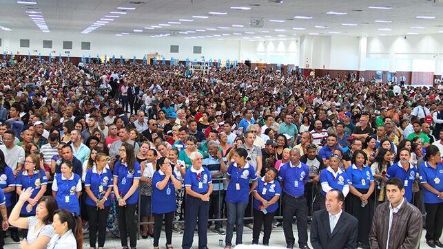 Las megaiglesias evangélicas brasileñas siguen dando misa para 10.000 personas: