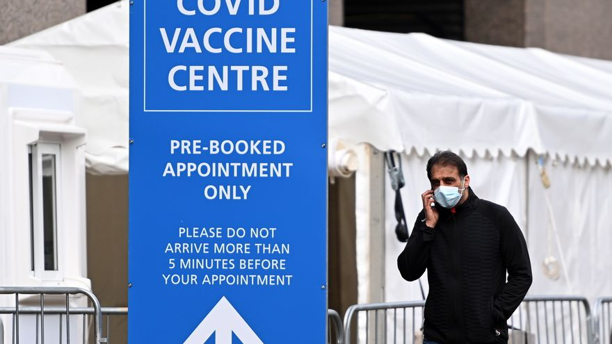 El regulador británico recomienda seguir vacunando con AstraZeneca pero el comité asesor de Johnson pide dar una alternativa a menores de 30 años
