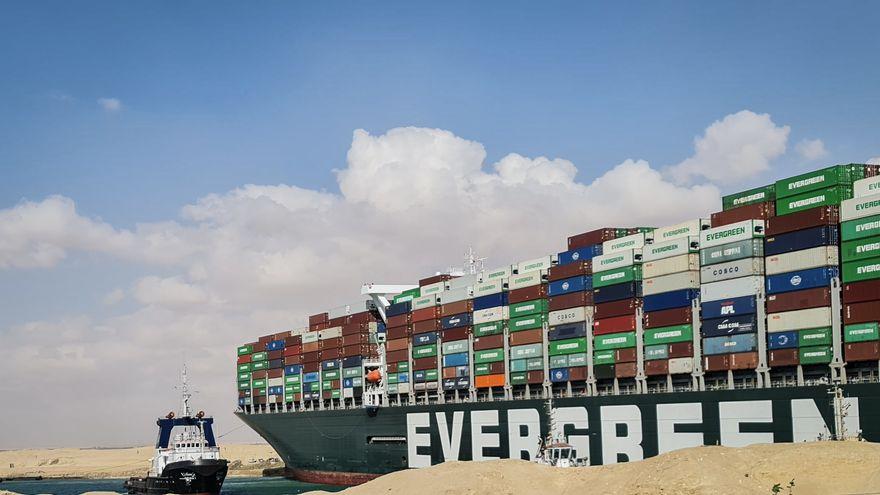 El buque Ever Given, retenido en el canal de Suez mientras las autoridades egipcias reclaman una compensación económica