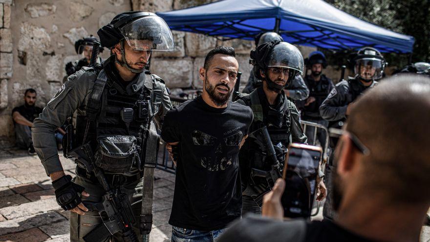 La policía israelí interviene en los alrededores de la mezquita de Al Aqsa en Jerusalén horas después de la tregua en Gaza