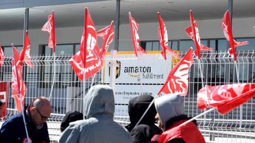 Dos trabajadores demandarán a Amazon por despedirles cuando iban a montar una sección sindical en Sevilla