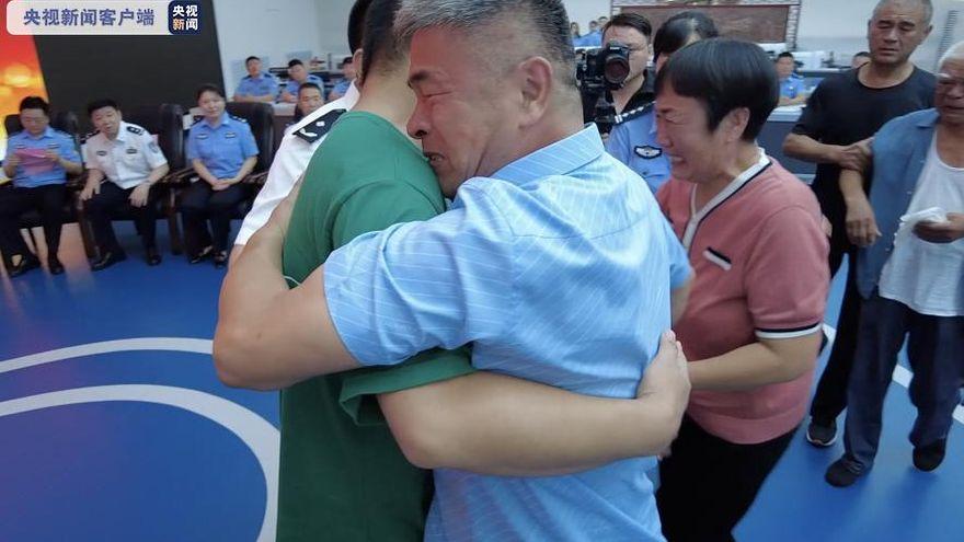 El padre que recorrió China en busca de su hijo secuestrado se reencuentra con él tras 24 años