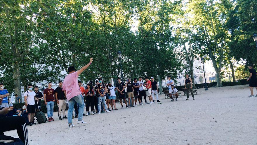 Cientos de chavales van en Madrid al evento de un chiringuito financiero que les promete vivir mejor que sus padres