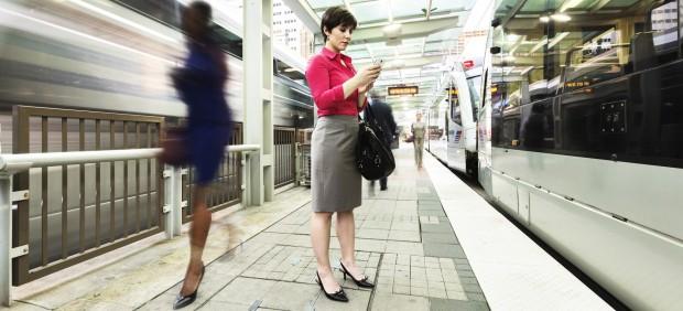 Una mujer conectada a internet