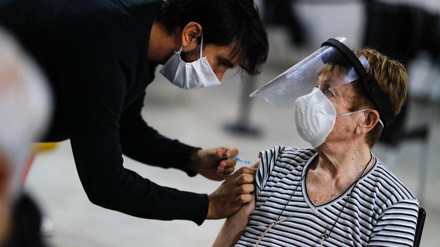 Argentina afronta una nueva ola de Covid-19 con hospitales desbordados, escasez de vacunas y protestas por el cierre de las aulas