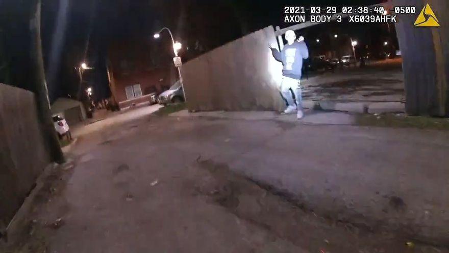 Un vídeo de la Policía de Chicago muestra a un agente matando de un disparo a un menor latino que tenía las manos en alto