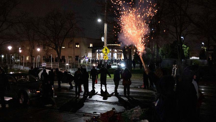 Segunda noche de protestas por la muerte de un joven negro en Mineápolis a manos de la policía