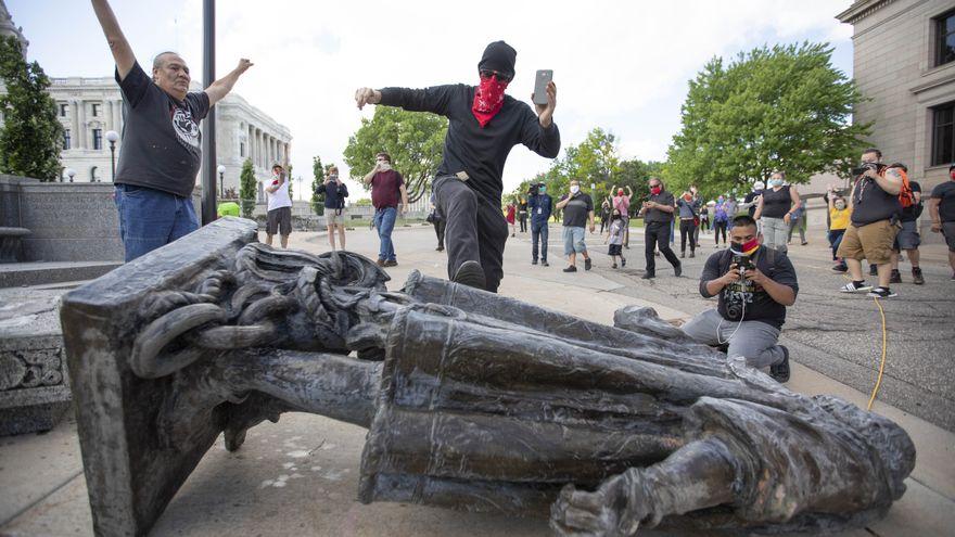 América derriba a Colón en el segundo centenario de su independencia