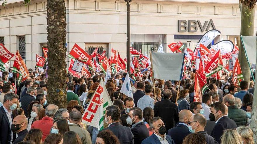 Los sindicatos cifran en un 70% el seguimiento de la huelga en BBVA para protestar contra el ERE