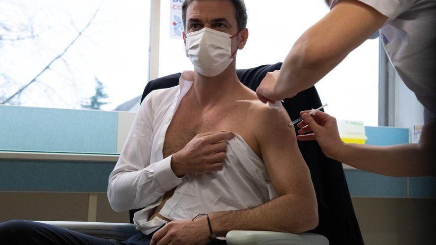 Las fotos de políticos europeos sin camisa mientras se vacunan: