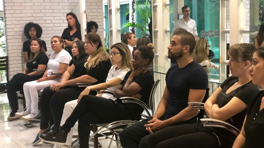 Salones de belleza y barberías luchan contra la violencia de género en Brasil