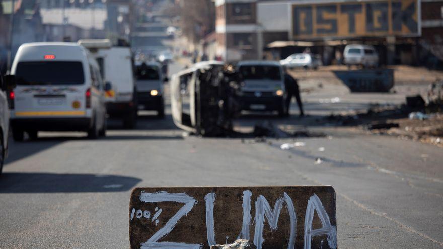 32 muertos en la ola de disturbios tras el encarcelamiento del expresidente Zuma en Sudáfrica