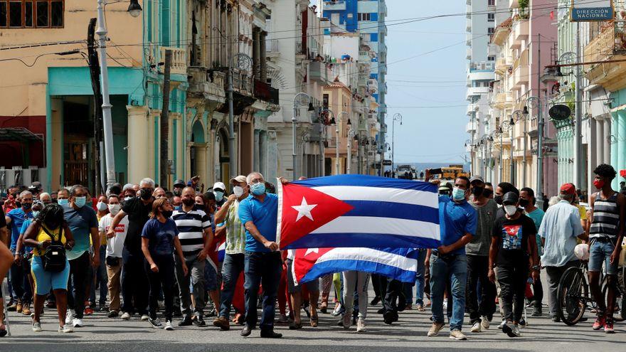 Miles de cubanos toman las calles contra el Gobierno, que llama a sus partidarios a enfrentarlos