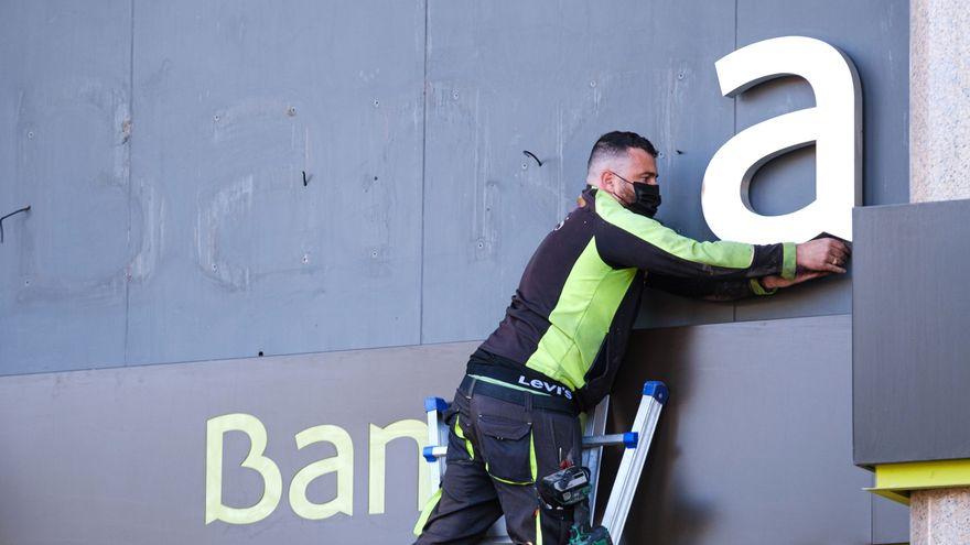 La banca gasta más de 4.100 millones en recortar sus plantillas y cerrar oficinas